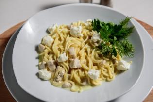 Паста с сыром под сливочным соусом
